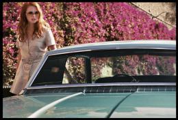 Freya Mavor La dame dans l'auto avec des lunettes et un fusil photo 1 sur 19
