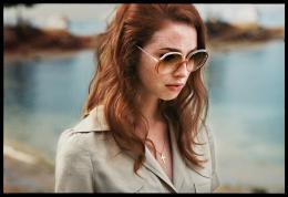 Freya Mavor La dame dans l'auto avec des lunettes et un fusil photo 5 sur 19