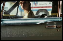 Freya Mavor La dame dans l'auto avec des lunettes et un fusil photo 6 sur 19