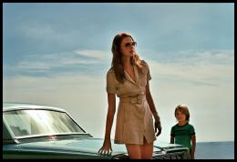photo 12/15 - Freya Mavor - La Dame dans l'auto avec des lunettes et un fusil - © Wild Bunch