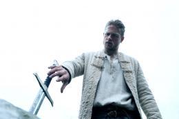 Charlie Hunnam Affiche Le Roi Arthur - La Légende d'Excalibur photo 2 sur 105