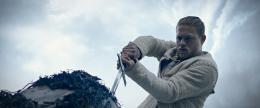 Charlie Hunnam Affiche Le Roi Arthur - La Légende d'Excalibur photo 1 sur 105