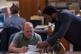 photo 84/139 - Dean Norris, Chiwetel Ejiofor - Aux Yeux de Tous - © Universal Pictures International