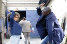 photo 10/21 - Gloria Colston & Omar Sy - Demain tout commence - © Mars Distribution