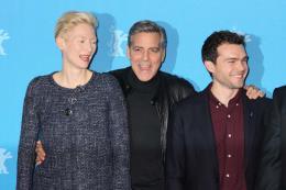 photo 39/48 - Tilda Swinton, George Clooney, Alden Ehrenreich - Photocall Ave César ! - Berlin 2016 : Ave César ouvre le bal - © Isabelle Vautier pour @Commeaucinema.com