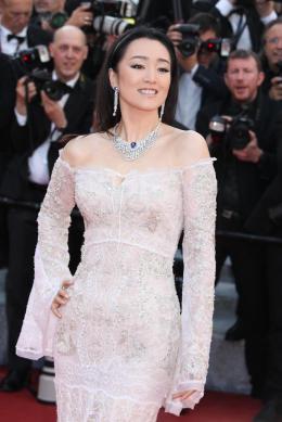 photo 39/102 - Gong Li - Tapis rouge d'ouverture / Café Society - Cannes 2016 : Café Society ouvre les festivités - © Isabelle Vautier pour @Commeaucinema.com