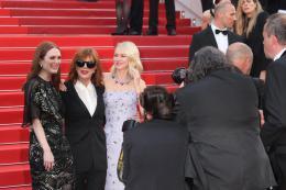 photo 6/102 - Julianne Moore, Susan Sarandon, Naomi Watts - Tapis rouge d'ouverture / Café Society - Cannes 2016 : Café Society ouvre les festivités - © Isabelle Vautier pour @Commeaucinema.com