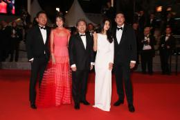 photo 13/15 - Ha Jung-Woo, Kim Min-Hee, Park Chan Wook, Kim Tae-Ri, Jo Jing-Woong - Tapis Rouge Cannes 2016 - Mademoiselle - © Isabelle Vautier pour @CommeAuCinema