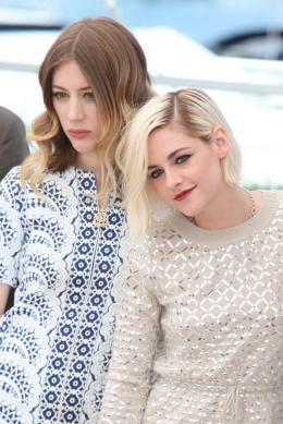 photo 1/18 - Kristen Stewart, Sigrid Bouaziz - Personal Shopper Photocall - Cannes 2016 : Kristen Stewart s'empare de la Croisette - © Isabelle Vautier pour @CommeAuCinema