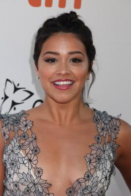 photo 16/41 - Gina Rodriguez - Tapis Rouge Deepwater - Toronto 2016 : Deepwater - © Isabelle Vautier pour @Commeaucinema.com