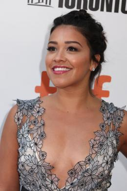photo 17/41 - Gina Rodriguez - Tapis Rouge Deepwater - Toronto 2016 : Deepwater - © Isabelle Vautier pour @Commeaucinema.com