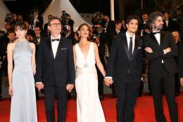 photo 12/21 - Le Redoutable - Montée des marches - Cannes 2017 : Michel Hazanavicius et son équipe montent les marches pour Le Redoutable - © Isabelle Vautier pour CommeAuCinema.com