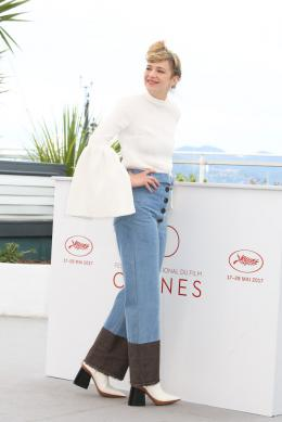 photo 7/16 - Nos années folles Photocall - Cannes 2017 : Céline Sallette et Pierre Deladonchamps complices sur le tapis rouge - © Isabelle Vautier pour CommeAuCinema.com