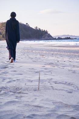 photo 2/9 - Seule sur la plage la nuit - © Les Bookmakers