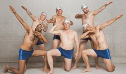 Regarde les hommes nager photo 1 sur 1