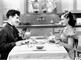 Charles Chaplin Charlie Chaplin, Paulette Goddard, Les Temps Modernes photo 5 sur 25