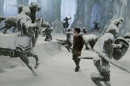 photo 7/61 - Skandar Keynes - Le Monde de Narnia - Chapitre 1 : Le Lion, la Sorcière Blanche et l'Armoire Magique