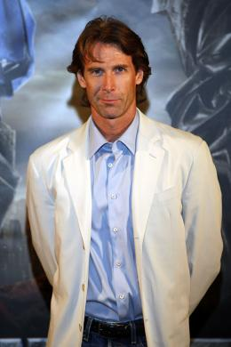 photo 53/77 - Michael Bay - Conf�rence de presse � S�oul - Transformers - © Paramount