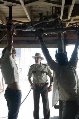 photo 11/25 - Taylor Handley, R. Lee Ermey, Matthew Bomer - Massacre à la tronçonneuse : le commencement - © Métropolitan Film