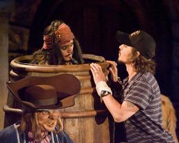 photo 35/81 - Johnny Depp... et Johnny Depp ! � l'avant-premi�re de Pirates des Cara�bes 2 � Los Angeles - Juin 2006 - Pirates des Cara�bes, le secret du coffre maudit - © BVI