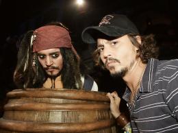 photo 22/81 - Johnny Depp... et Johnny Depp ! � l'avant-premi�re de Pirates des Cara�bes 2 � Los Angeles - Juin 2006 - Pirates des Cara�bes, le secret du coffre maudit - © BVI