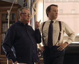 photo 11/37 - Mike Nichols et Tom Hanks - La Guerre Selon Charlie Wilson - © Paramount