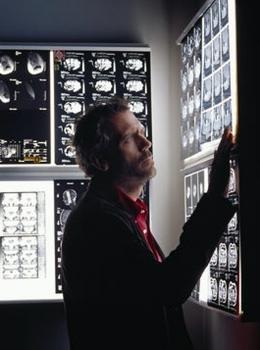 photo 58/60 - Dr. House Saison 1 - Hugh Laurie - © 2004 FOX BROADCASTING COMPANY