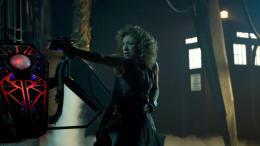 photo 230/320 - Alex Kingston - Doctor Who - © BBC