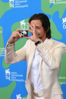 photo 45/50 - Adrien Brody sur le photocall de The Darjeeling Limited - Venise 2007 - A Bord du Darjeeling Limited - © Isabelle Vautier pour CommeAuCinema.com