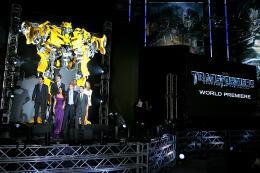 photo 77/113 - Megan Fox, Michael Bay, Shia LaBeouf, Ramon Rodriguez, Josh Duhamel, actor Tyrese Gibson et Isabel Lucas - Avant-première à Tokyo (Juin 2009) - Transformers 2 : La Revanche - © Paramount