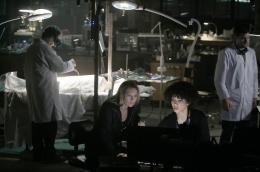 Fringe - Saison 1 Anna Torv, Jasika Nicole, Joshua Jackson photo 8 sur 57