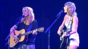 Vidéo : Lisa Kudrow rejoint Taylor Swift sur scène pour chanter Smelly Cat !