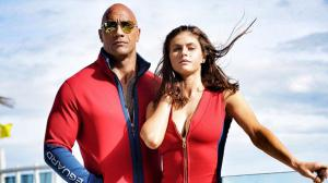 Baywatch : Alexandra Daddario et Dwayne Johnson tapent la pose en maillot