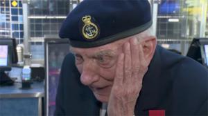 Un vétéran de 97 ans pleure devant Dunkerque