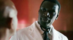 Omar Sy en étrange médecin dans la première bande-annonce de Knock