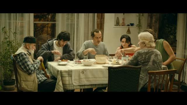Bande-annonce VOST : Une famille heureuse